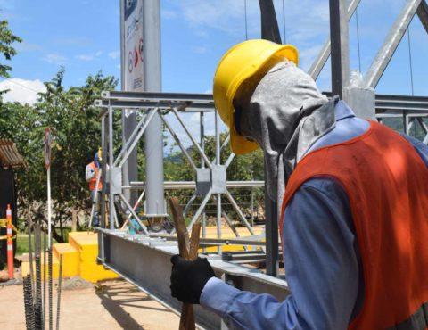 Description Integrantes laboran en el montaje del puente provisional INVÍAS 1, que contribuyó con el mejoramiento de la movilidad tras