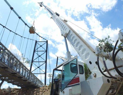 Description El puente provisional denominado INVIAS 2 fue instalado aguas arriba del puente siniestrado, sobre el río Charte, y es