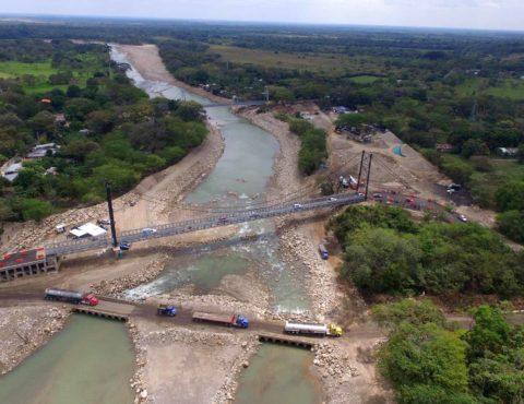 Description El segundo puente provisional ubicado aguas arriba del puente siniestrado, en el Charte, permite el tránsito de los vehículos
