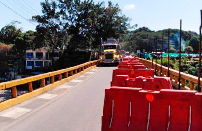 Tránsito normal sobre el puente del río Túa