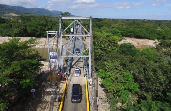 Mantenimientos nocturnos en los puentes metálicos provisionales sobre el río El Charte